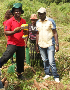 Ugochukwu Ikeogu demonstrates how to use the hand-held NIRS device